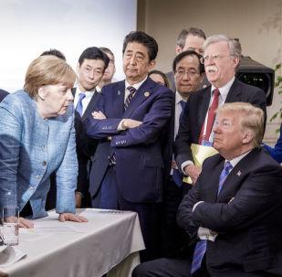 A chanceler federal da Alemanha, Angela Merkel, fala com o presidente dos EUA, Donald Trump, durante a cúpula do G7 no Canadá