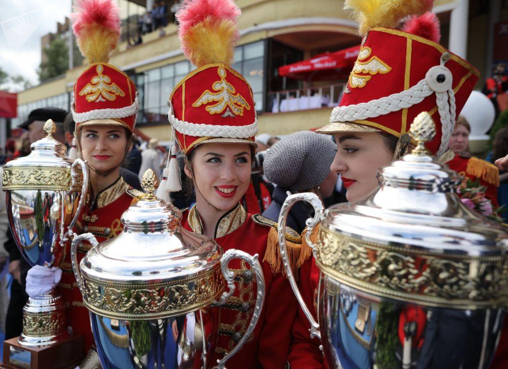 Troféus dos vencedores da corrida de cavalos no Hipódromo Central em Moscou