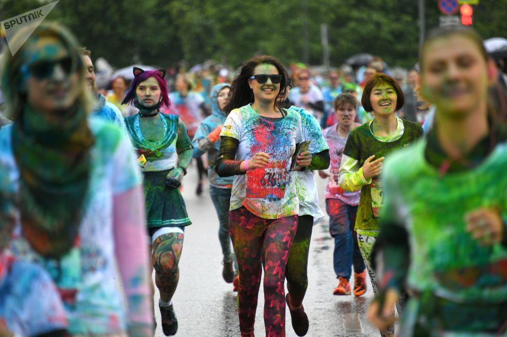 Participantes da Corrida colorida em Moscou