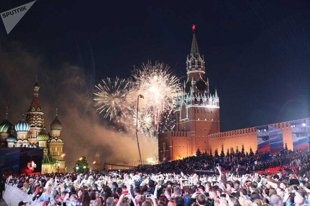 Fogo de artifício sobre o Kremlin culmina festejos do Dia da Rússia