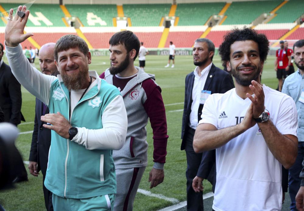 O líder checheno Ramzan Kadyrov com o jogador egípcio Mohammed Salah antes do treinamento da Seleção do Egito na cidade de Grozny, capital da Chechénia