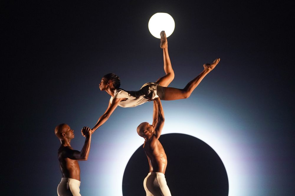 Dançarinos do Alvin Ailey American Dance Theatre ensaiam o espetáculo EM no Lincoln Center, EUA