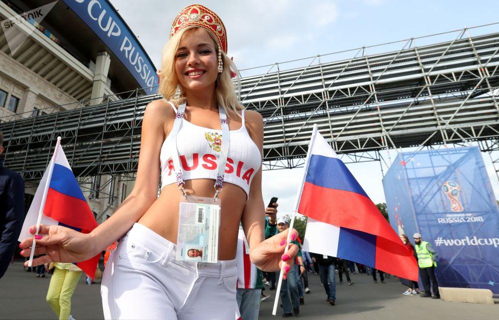 Uma torcedora russa antes do jogo Rússia-Arábia Saudita da fase de grupos da Copa 2018
