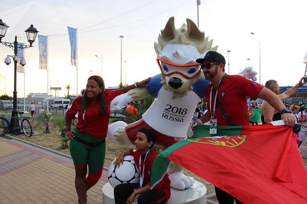 Torcedores portugueses antes do jogo Portugal-Espanha, em Sochi, em 15 de junho de 2018