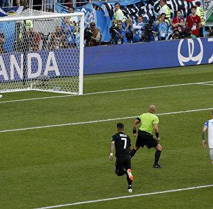O goleiro Halldórsson, da Islândia, defende penalti batido por Lionel Messi durante partida do grupo D da Copa do Mundo.