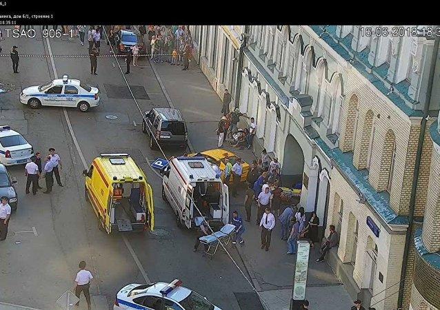 Imagens de segurança mostram rua de Moscou onde um táxi invadiu a calçada e atropelou os transeuntes. Ao menos 7 pessoas ficaram feridas.