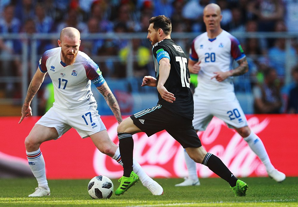 Messi tenta se livrar da marcação islandesa