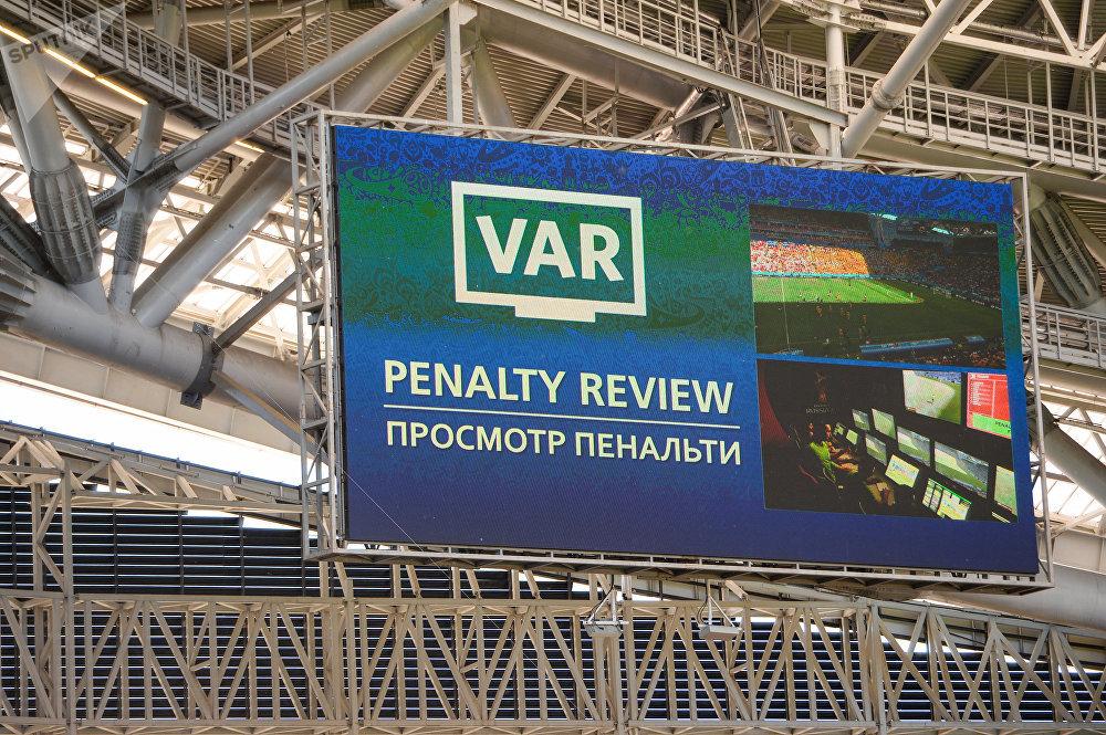 Uma tela no estádio Kazan Arena mostra o replay da jogada que resultou em pênalti durante o jogo entre França e Austrália