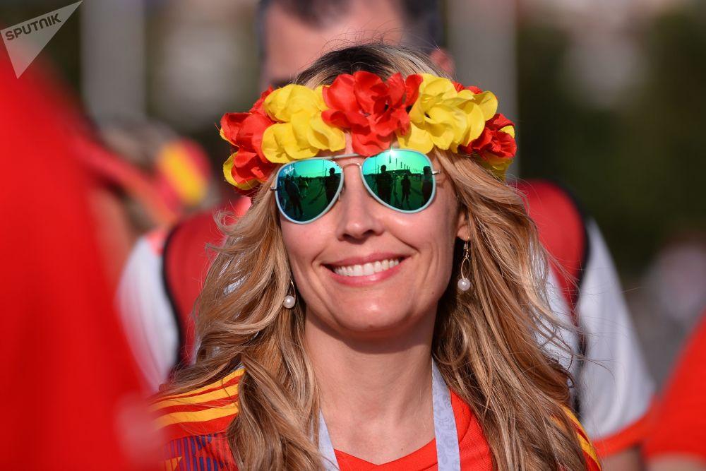 Mulher vestida com cores da Espanha durante a partida com Portugal.