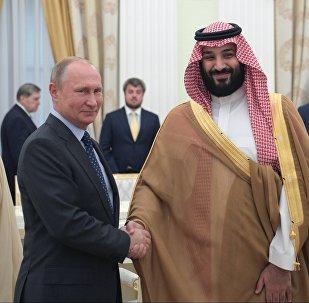 Presidente russo, Vladimir Putin, e o príncipe herdeiro da Arábia Saudita, Mohammad bin Salman, durante o encontro