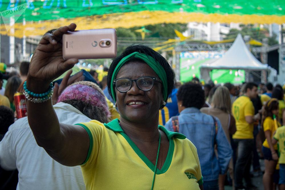Torcedora Maria Helena Pereira acompanhando a seleção brasileira no Alzirão