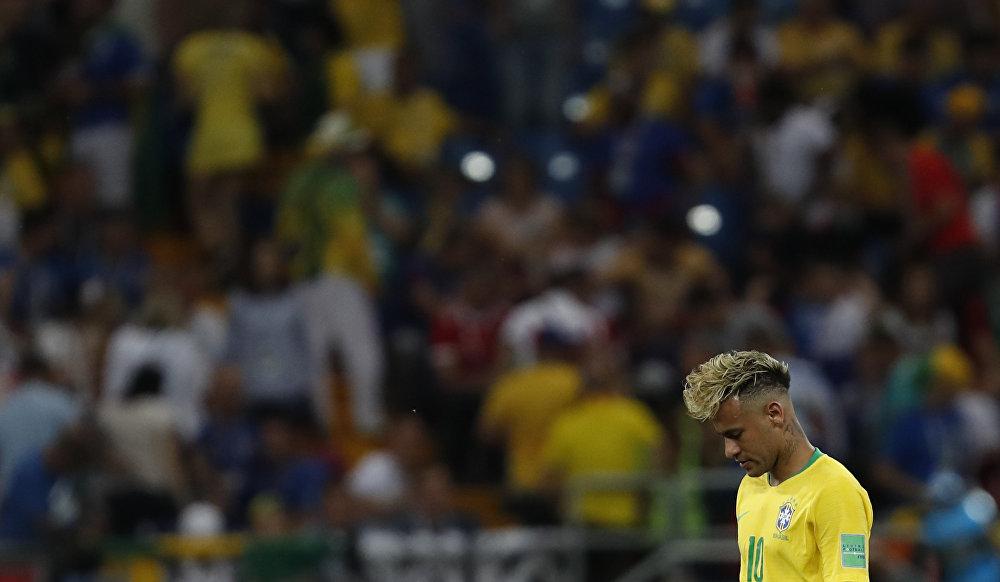 Neymar parece cabisbaixo durante confronto com a Suíça em Rostov. A partida terminou em empate.