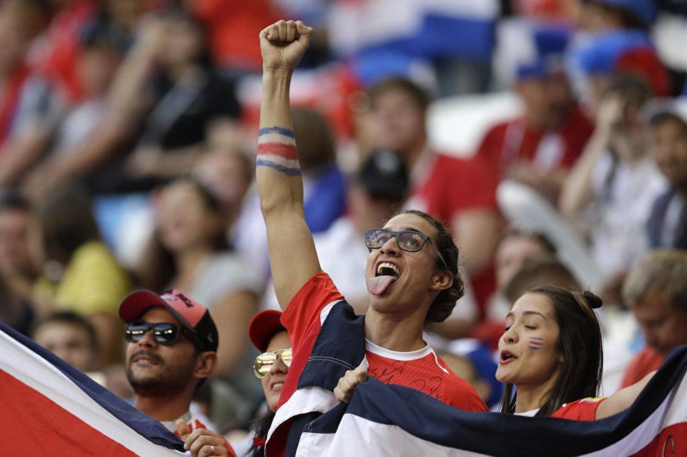 Torcedor da Costa Rica se diverte durante partida de seu país contra a Sérvia na cidade russa de Samara.