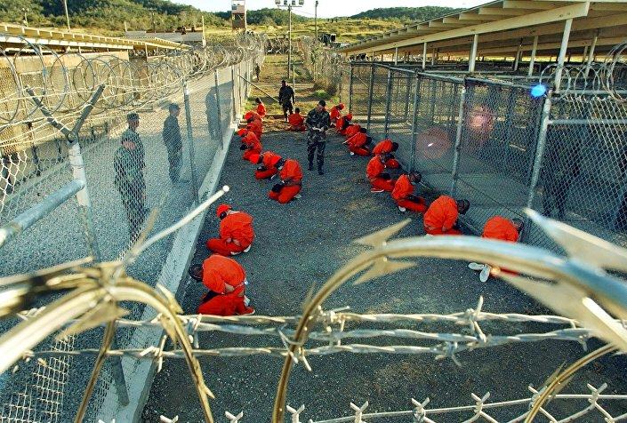 Prisioneiros no Campo X-Ray, na base naval de Guantánamo, Cuba