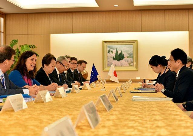 Comissária Europeia para o Comércio, Cecilia Malmström conversa com ministro das Relações Exteriores do Japão, Fumio Kishida