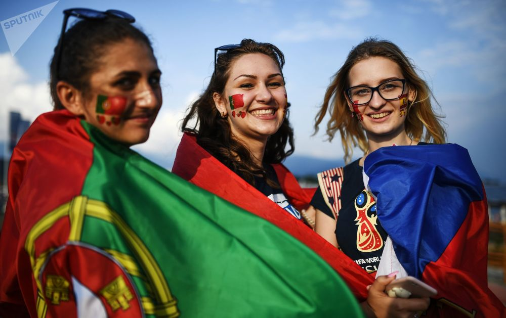Torcedoras portuguesas antes da partida entre Seleções Portuguesa e Espanhola em Sochi.