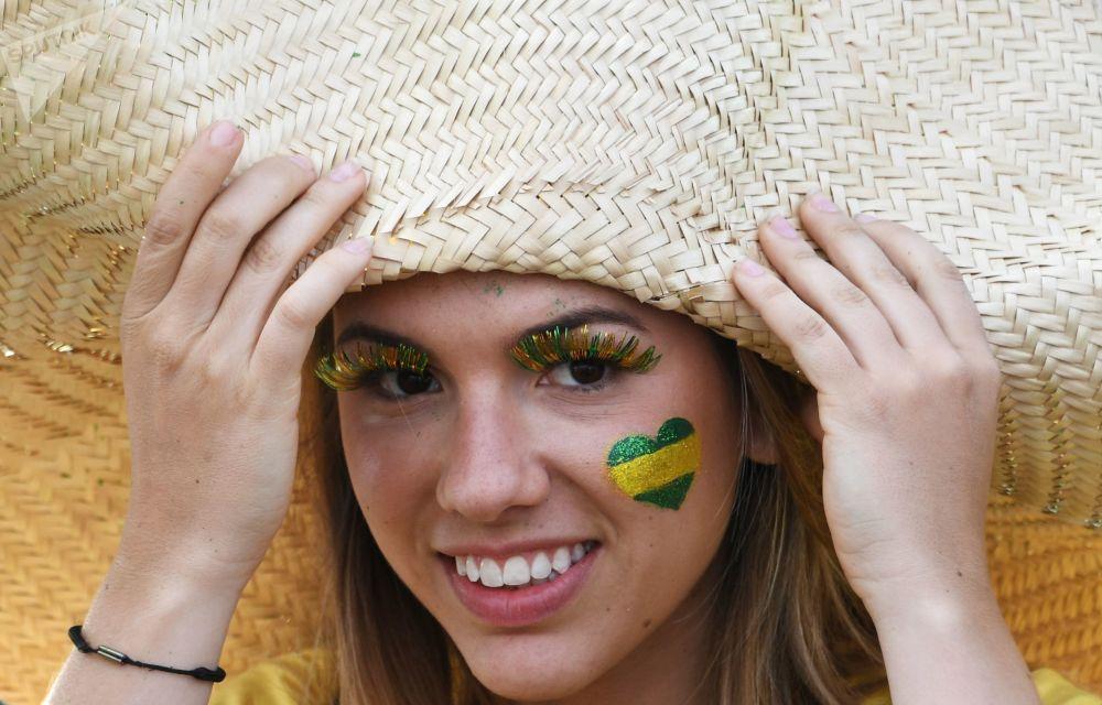Torcedora brasileira durante o jogo entre Brasil e Suíça.