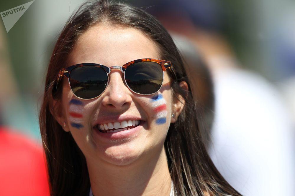 Jovem com as cores da Costa Rica durante o jogo da última contra a Sérvia.
