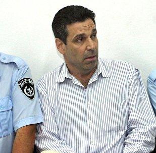 Ex-ministro de Energia de Israel, Gonen Segev (ao centro), em um tribunal em 2004