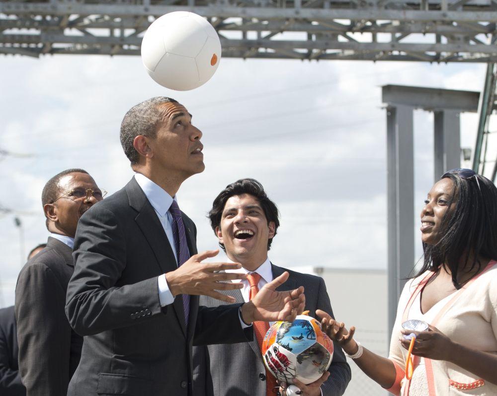 Presidente dos EUA, Barack Obama jogando bola de futebol elétrica ao lado do presidente de Tanzânia, Jakaya Kikwete, 2013