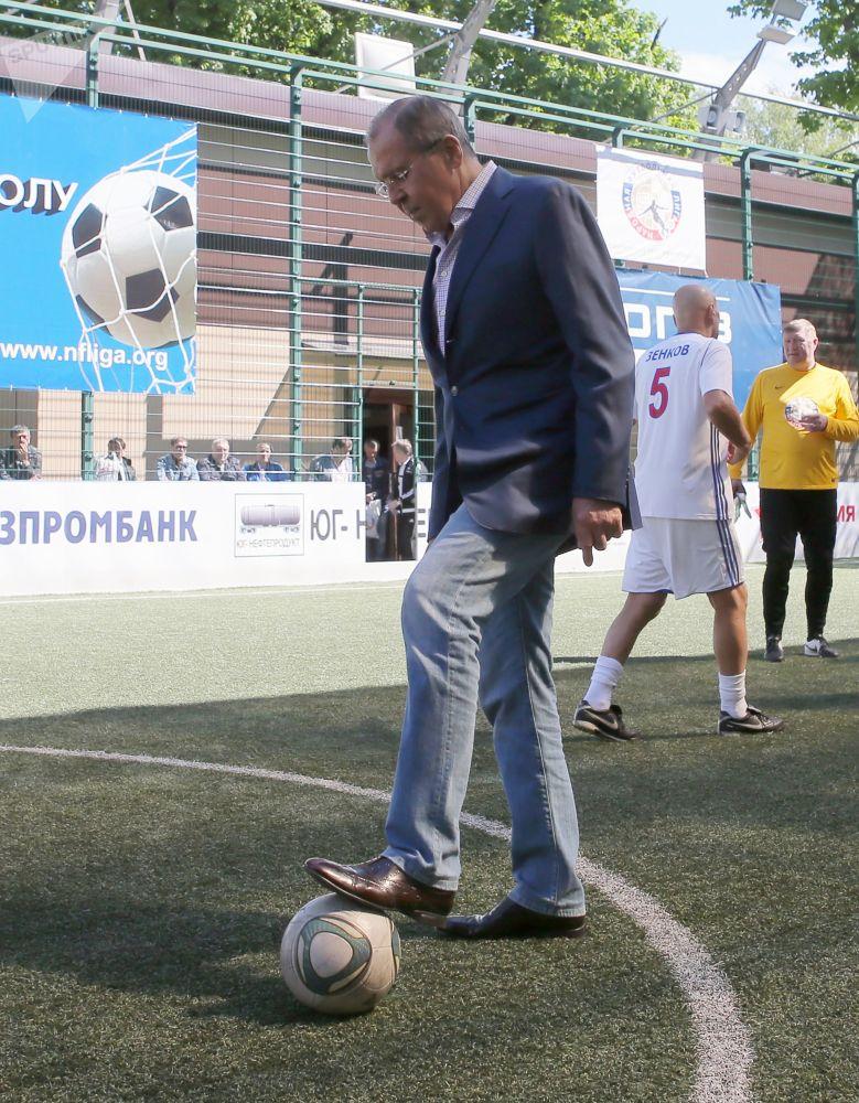 Chanceler russo, Sergei Lavrov, durante o 2º festival de futebol de toda a Rússia da Liga de Futebol Popular, 2017