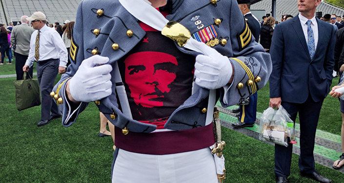 Spenser Rapone posa com camisa de Che Guevara.