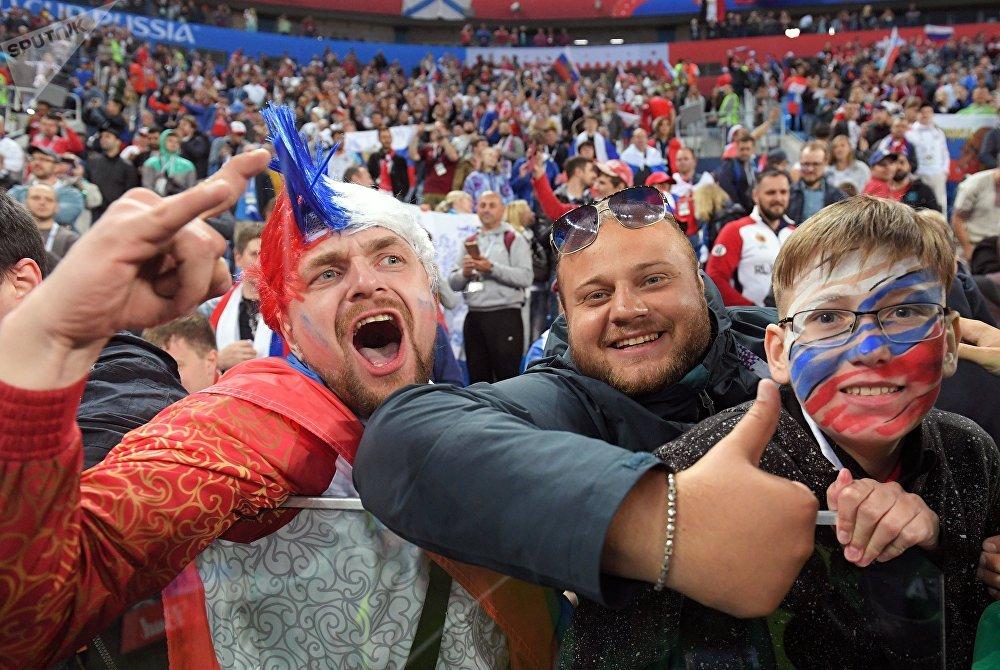 Russos comemoram a vitória de sua seleção por 3 a 1 sobre o Egito em São Petersburgo