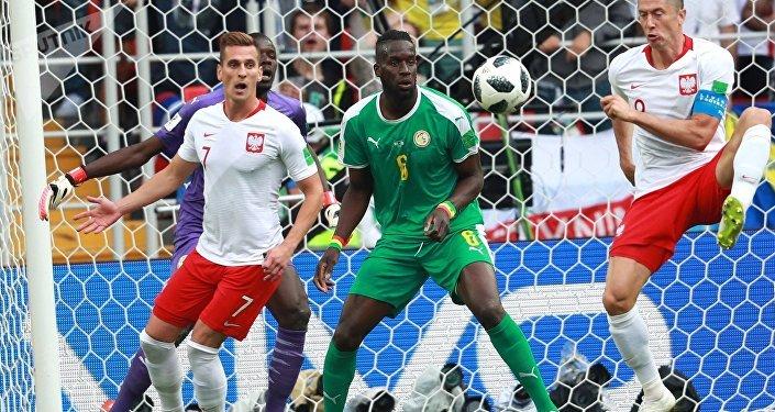 Arkadiusz Milik, Salif Sané e Robert Lewandowski durante o jogo entre Senegal e Polônia no estádio Spartak, em Moscou