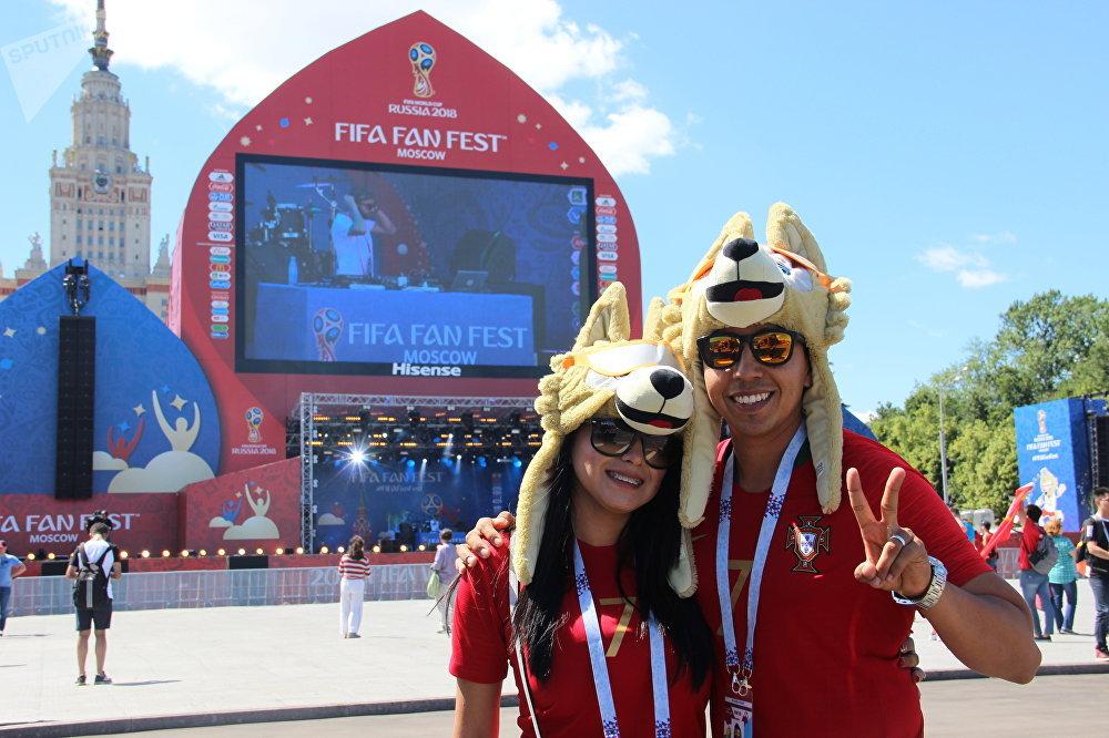 Alejandro e Liliana, torcedores de Madri, antes do jogo Portugal-Marrocos, em 20 de junho de 2018, em Moscou