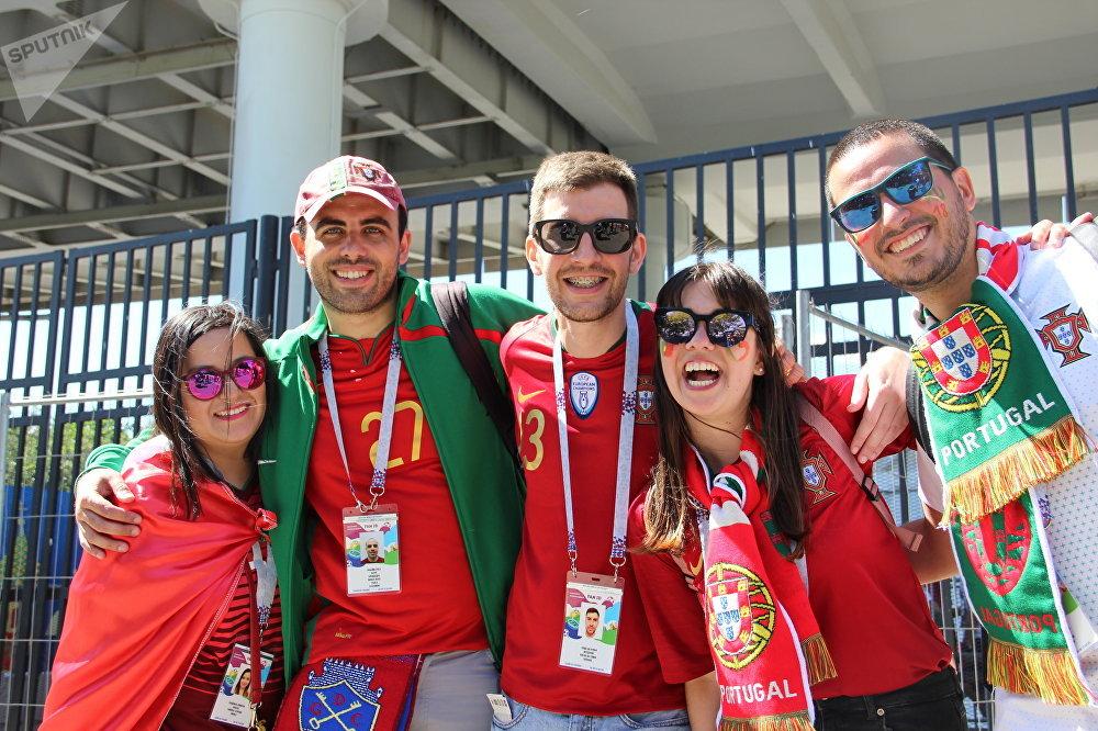 Grupo de torcedores portugueses (Paula e Manuel à direita) antes do jogo Portugal-Marrocos, em 20 de junho de 2018, em Moscou