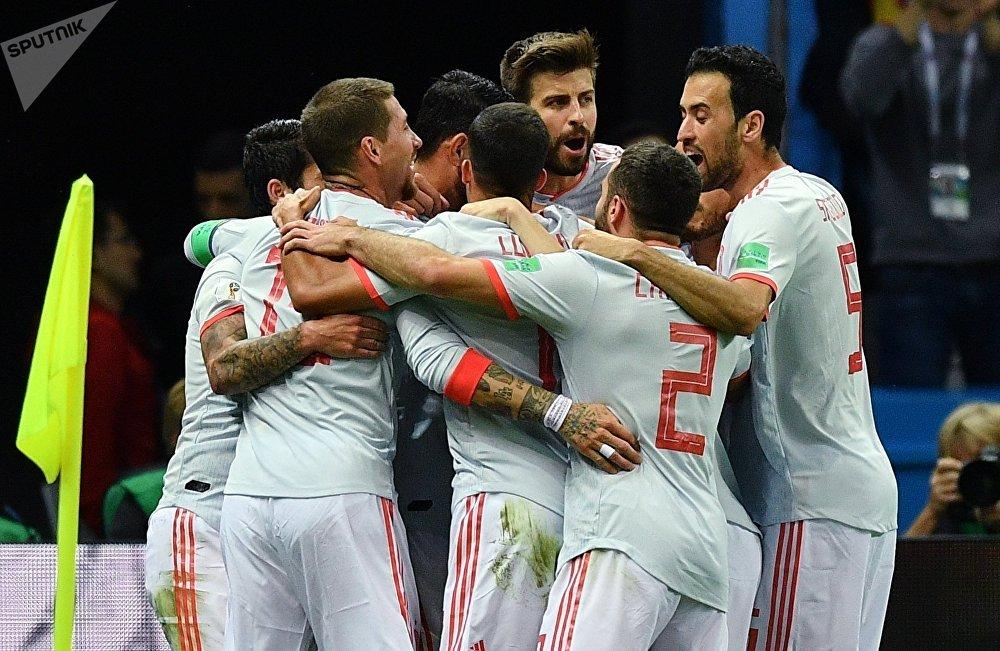 Espanhóis comemoram após o gol de Diego Costa, que definiu o placar do confronto entre Espanha e Irã