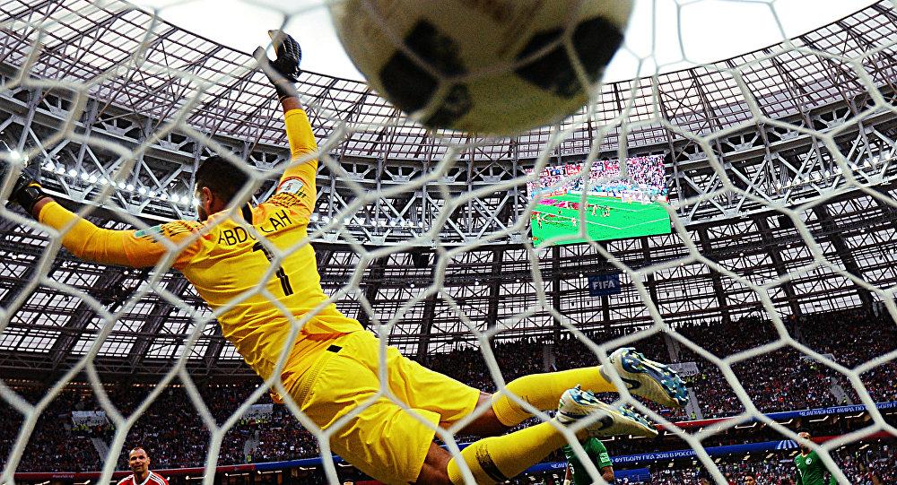 Goleiro Abdullah Al-Mayouf (Arábia Saudita) tenta impedir gol da seleção russa durante a partida de abertura da Copa do Mundo de futebol