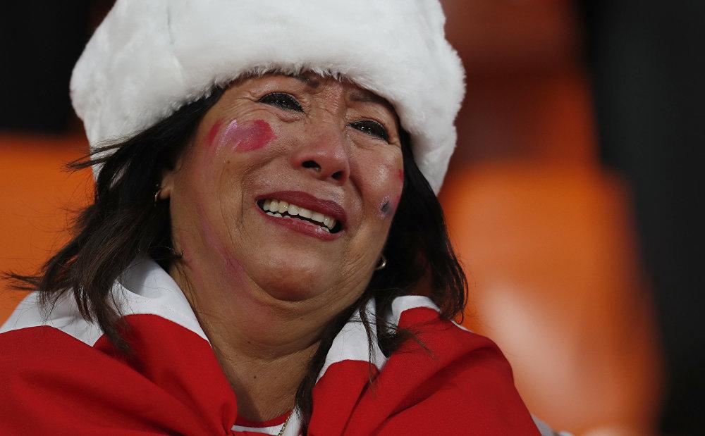 Torcedora peruana vai às lágrimas no estádio de Ekaterimburgo durante jogo do Peru contra a França na Copa do Mundo. Derrota da seleção sul-americana eliminou o time do torneio.