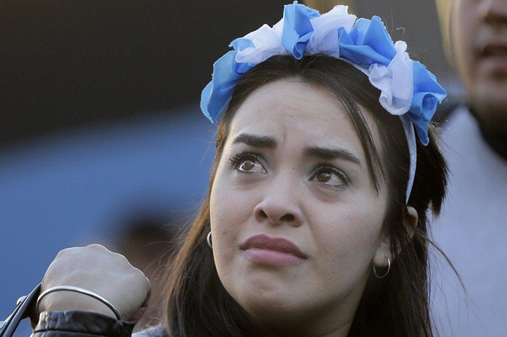 Com lágrimas nos olhos, esta argentina lamenta em plena Buenos Aires a derrota acachapante de seu país contra a Croácia.
