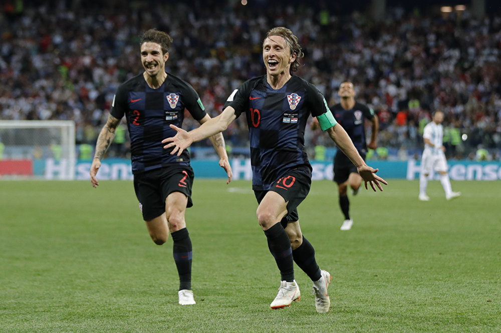 Luka Modric, à direita, comemora o gol ao lado dos companheiros de seleção. A Croácia venceu a Argentina por 3x0 e assumiu a liderança do Grupo D.