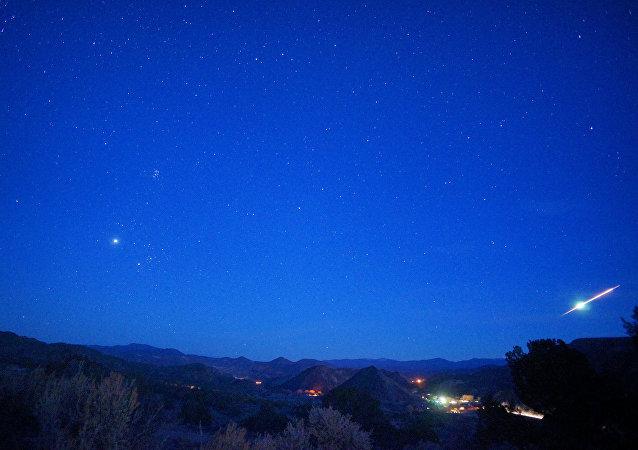 Bola de fogo em céu noturno (imagem referencial)