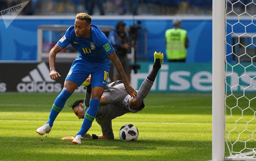Neymar e Keylor Navas durante a partida Brasil-Costa Rica, em 22 de junho de 2018, no estádio São Petersburgo