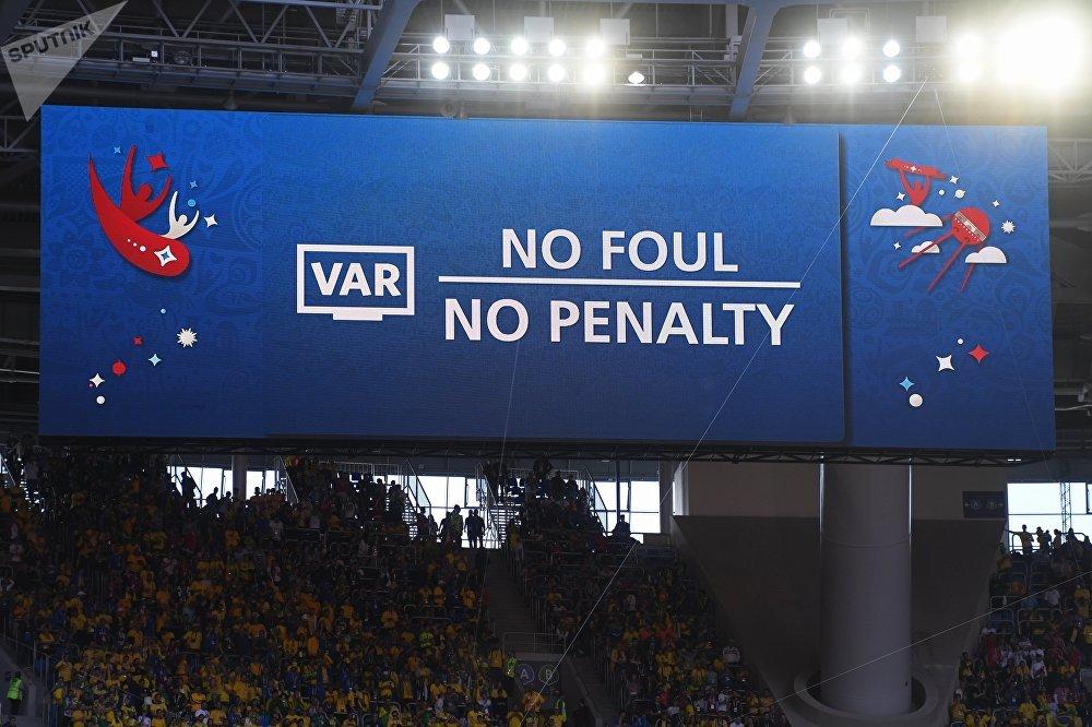 Placa dizendo Sem pênalti no jogo Brasil-Costa Rica, em 22 de junho de 2018, no estádio São Petersburgo