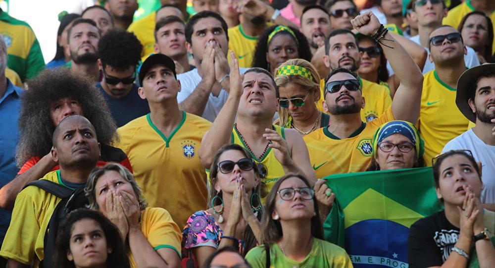 Torcedores brasileiros assistem o duelo contra a Costa Rica no Boulevard Olímpico, no Rio de Janeiro. Formats: picture