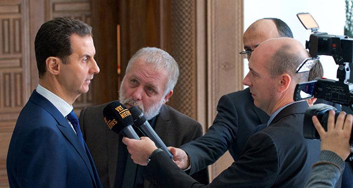 Presidente sírio Bashar Assad fala ao grupo de correspondentes belgas (foto de arquivo)