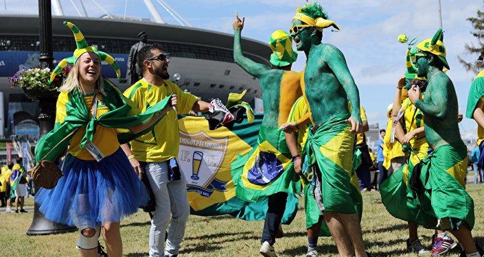 Torcedores brasileiros antes do jogo entre Brasil e Costa Rica em São Petersburgo, em 22 de junho de 2018