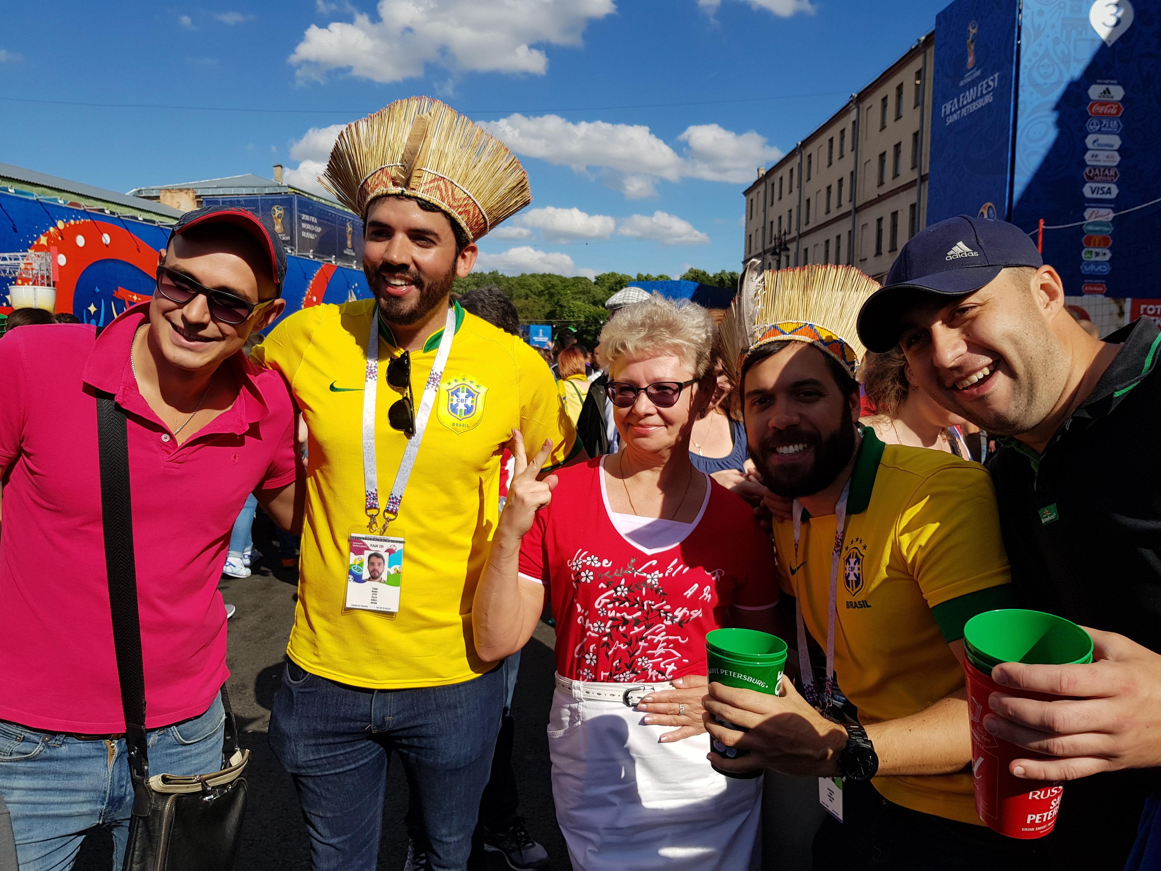 Torcedores brasileiros tirando foto com russos na FIFA FAN FEST de São Petersburgo.