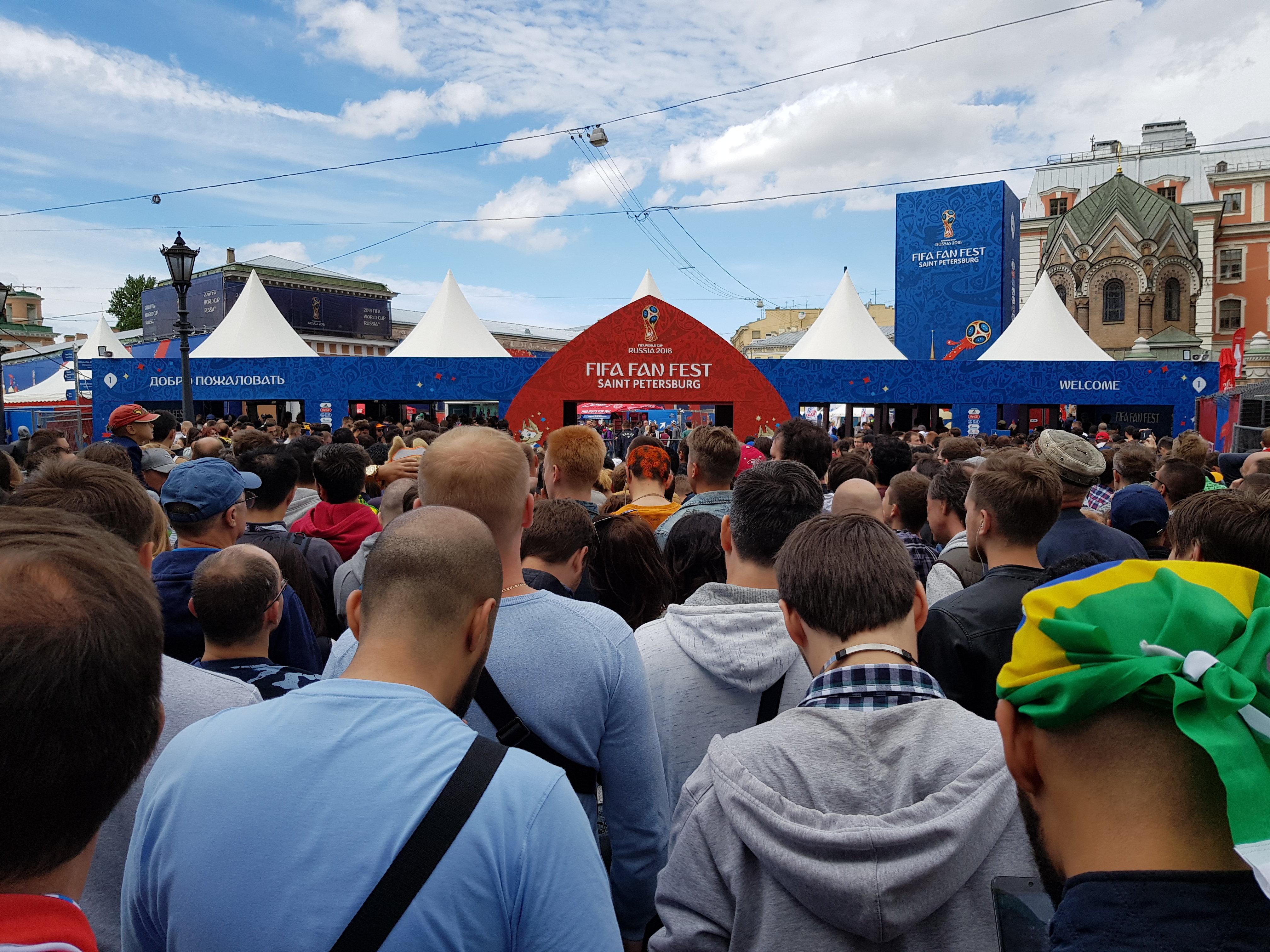 Torcedores se aglomeram para entrar na FIFA FAN FEST em São Petersburgo em pleno jogo entre Brasil e Costa Rica.