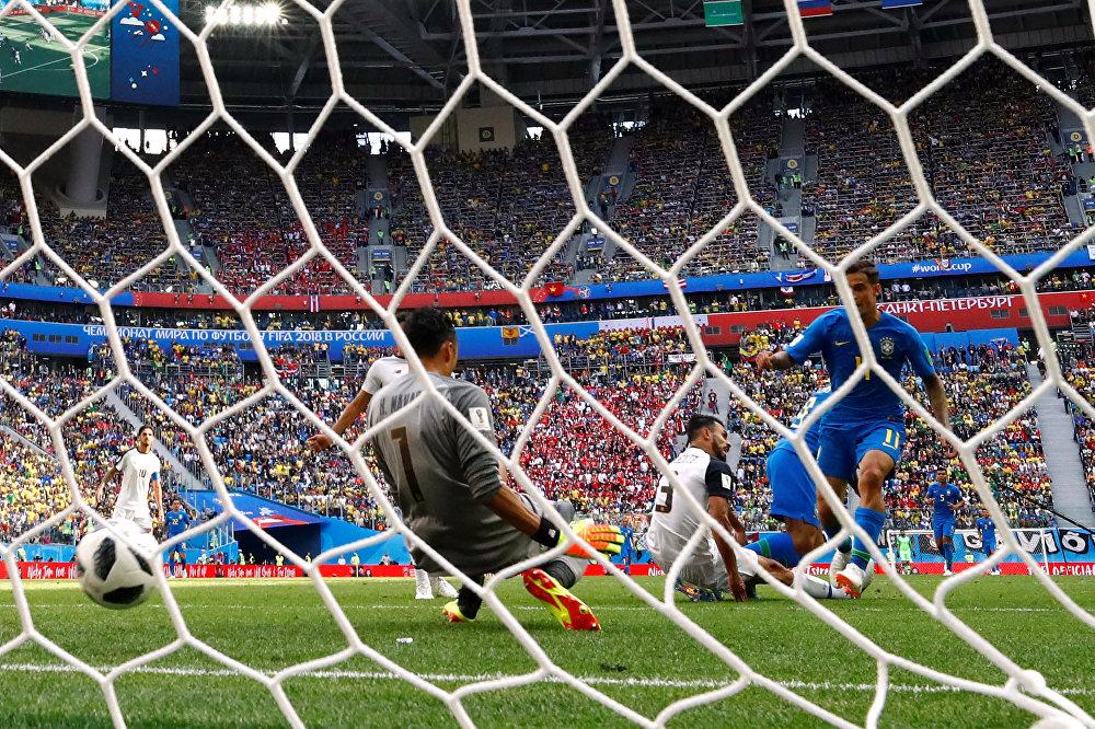 Phillippe Coutinho coloca a bola entre as pernas do goleiro Keylor Navas no segundo brasileiro durante a partida entre Brasil e Costa Rica na Copa do Mundo de 2018.