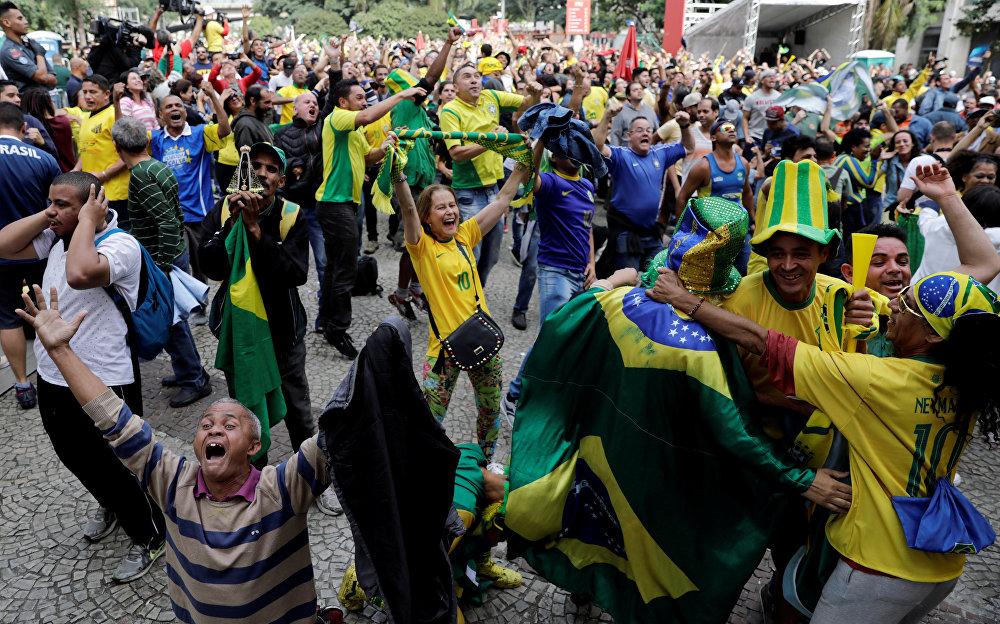 Torcedoras reagem ao jogo Brasil x Costa Rica, que teve vitória brasileira na Copa do mundo de 2018. Os torcedores assistiam ao jogo no centro de São Paulo.