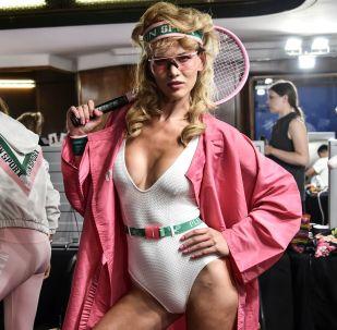 Модель Modelo posando antes de um desfile da casa de moda Plein Sport, em Milão, Itália.