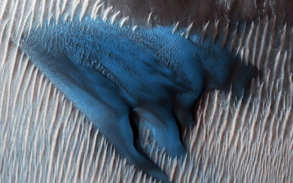 Dunas de areia azuis em Marte.