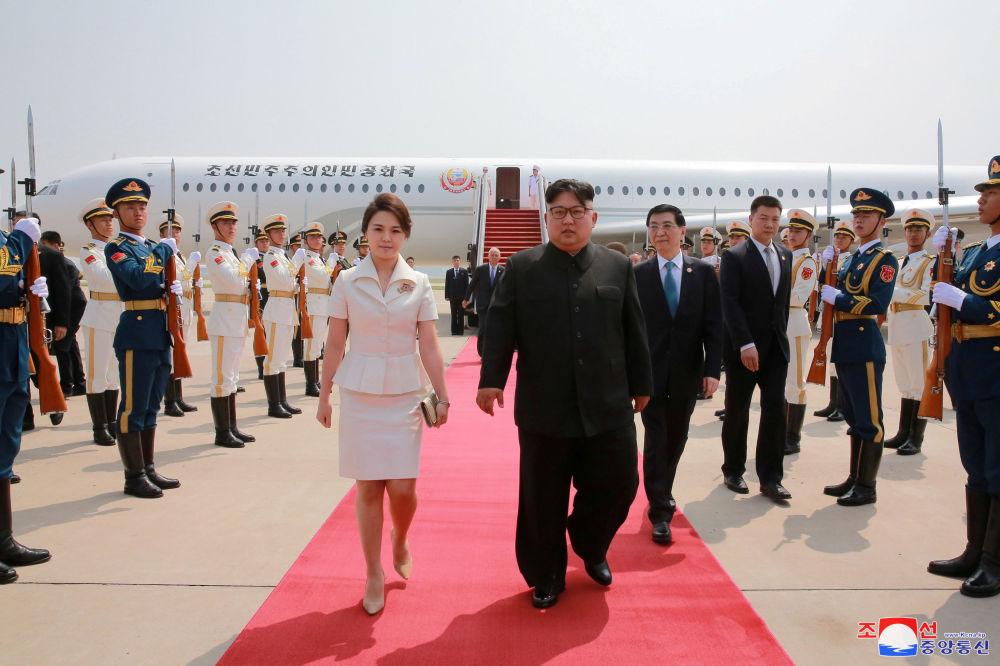 O líder norte-coreano, Kim Jong-un, com sua esposa, Ri Sol-ju, passeando durante a visita a Pequim, China.