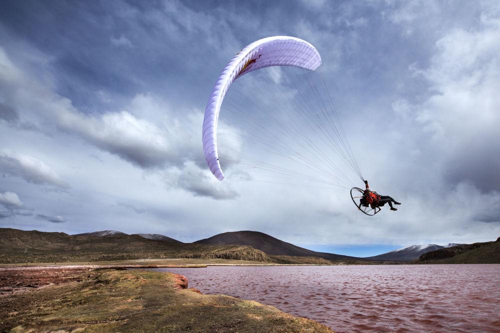 Paraglider voando em Laguna Roja, Chile.