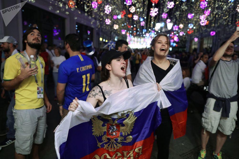 Torcida russa celebrando nas ruas de Moscou a vitória da Seleção no jogo com o Egito.